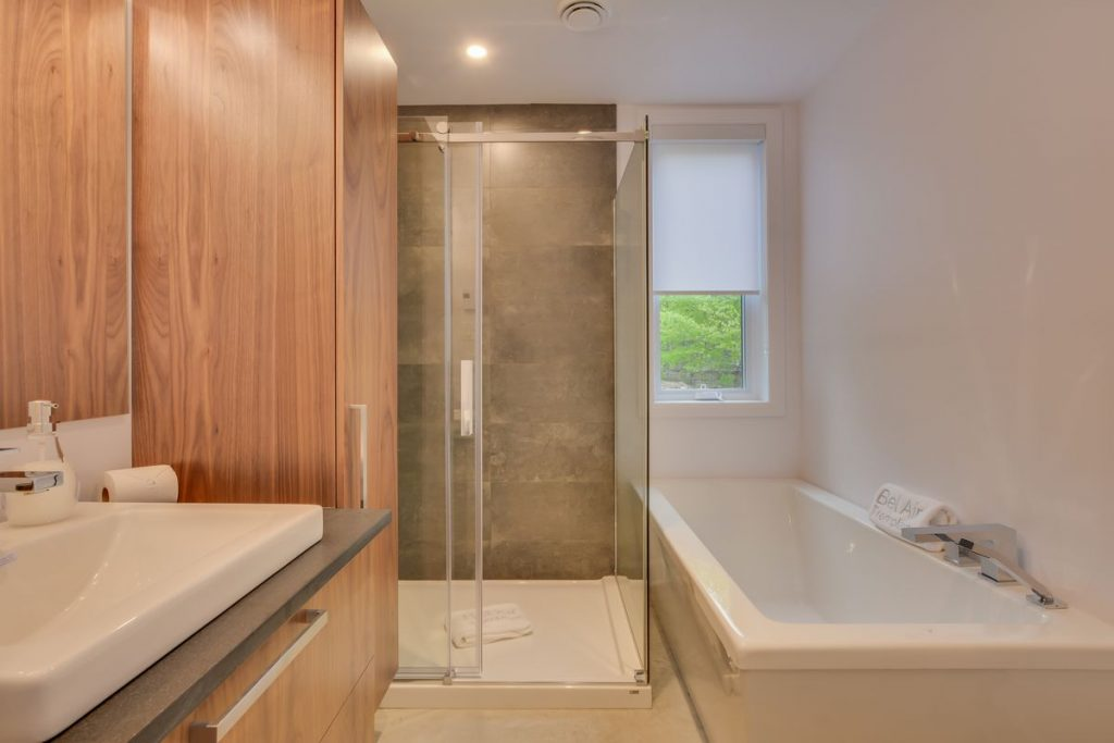 bathroom 1(bedroom 1& 2)