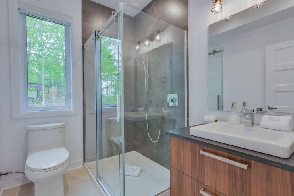 bathroom 2 (bedroom 3 & 4)